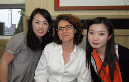 Christine Barratte, entourée de collaboratrices coréennes